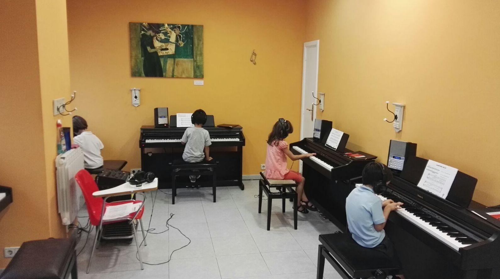 Foto 8 de Escuelas de música, danza e interpretación en Mungia | Academia de Guitarra y Piano Roland