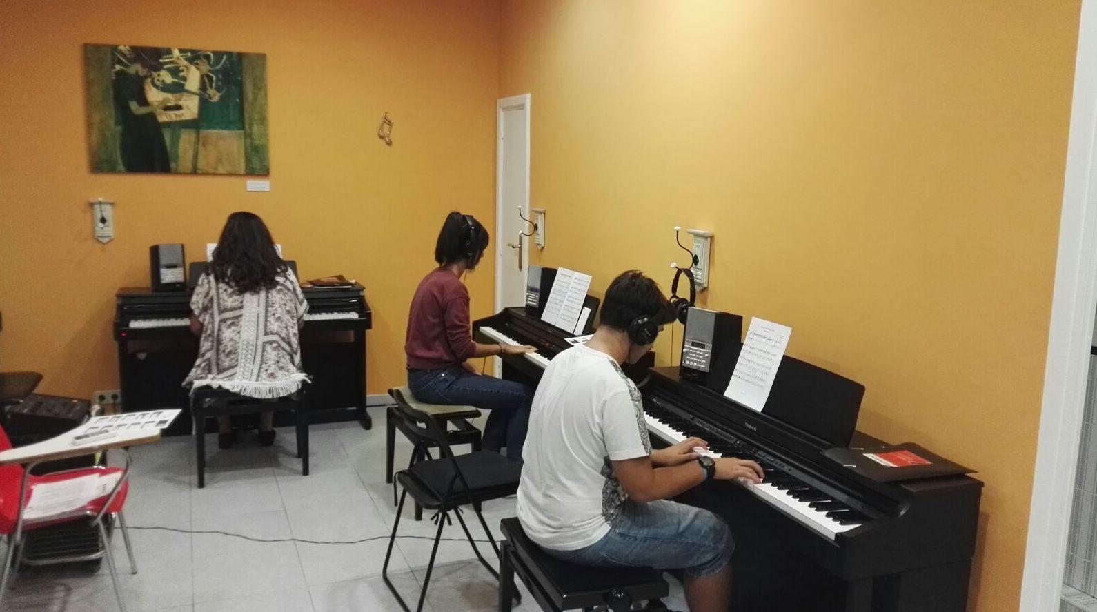 Foto 7 de Escuelas de música, danza e interpretación en Mungia | Academia de Guitarra y Piano Roland