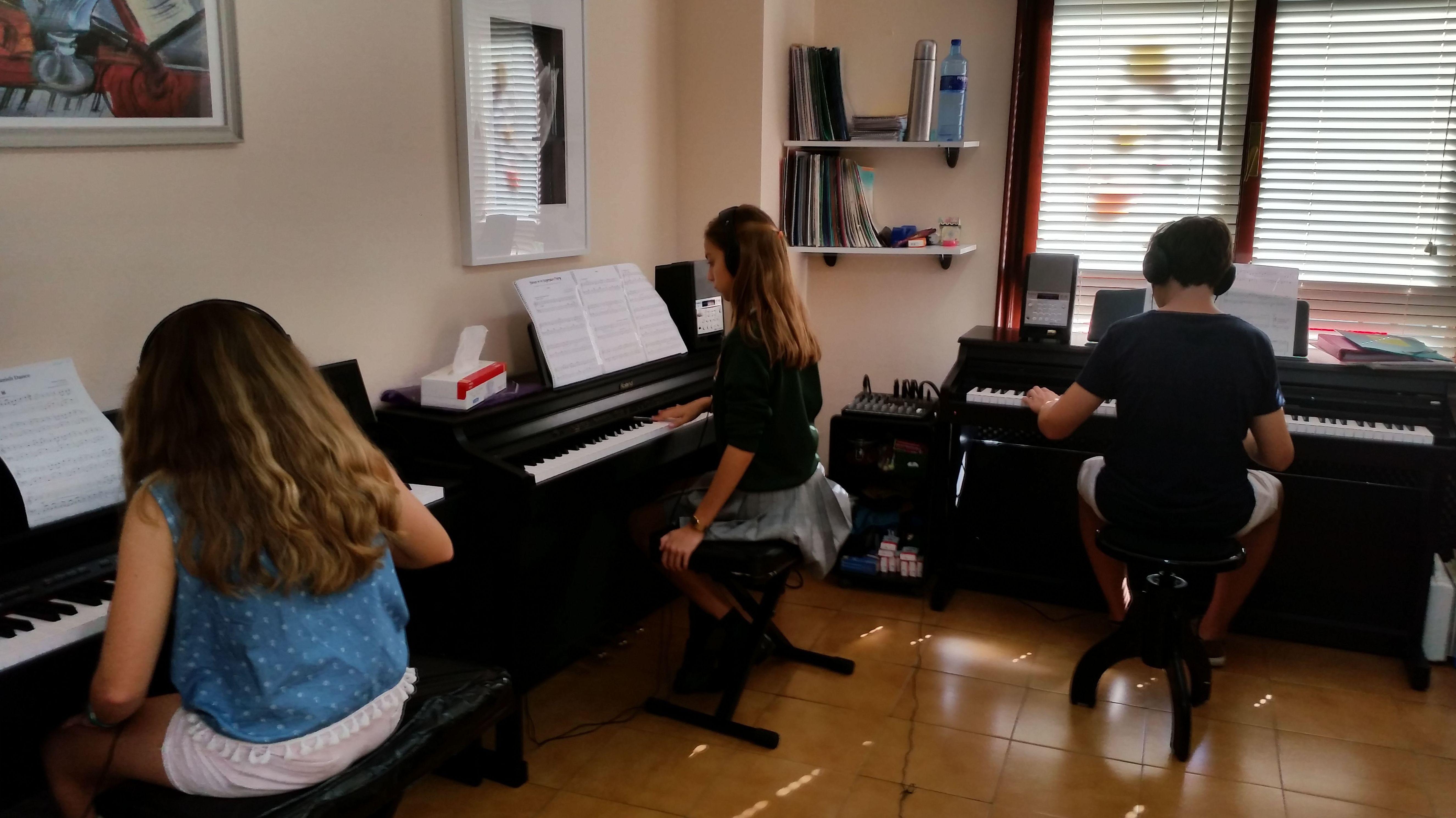 Foto 5 de Escuelas de música, danza e interpretación en Mungia | Academia de Guitarra y Piano Roland