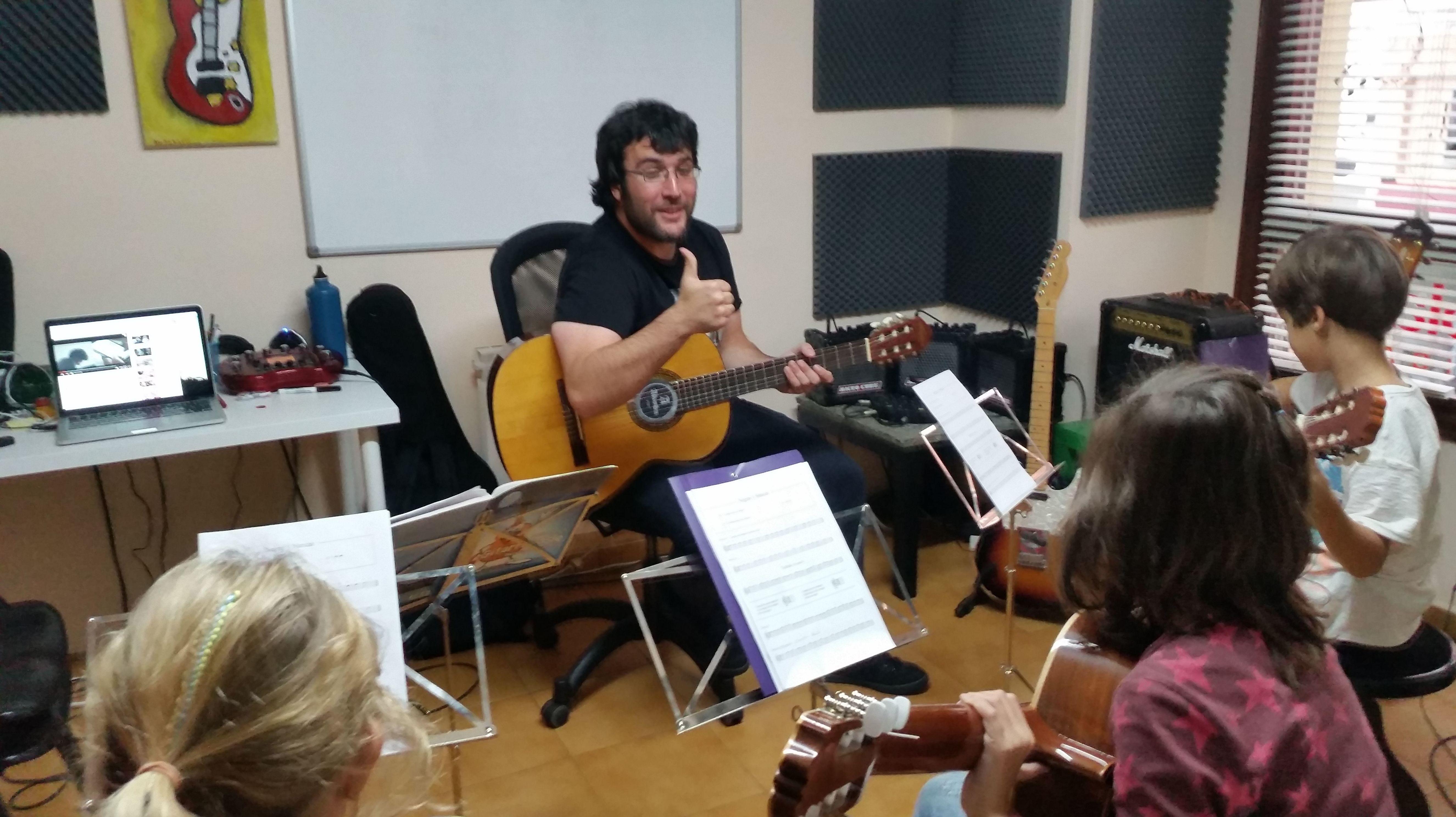 Foto 6 de Escuelas de música, danza e interpretación en Mungia | Academia de Guitarra y Piano Roland
