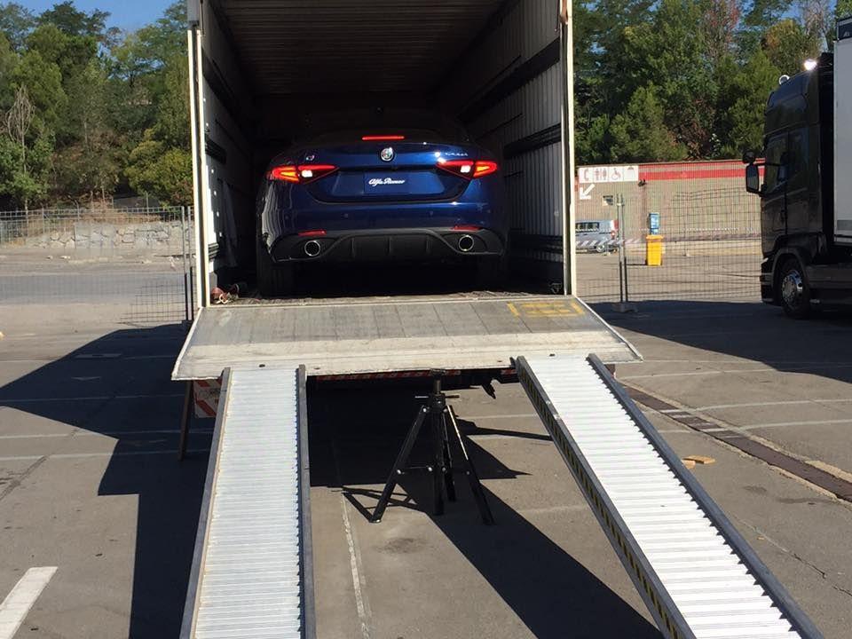 Camión transportador de coches en Girona