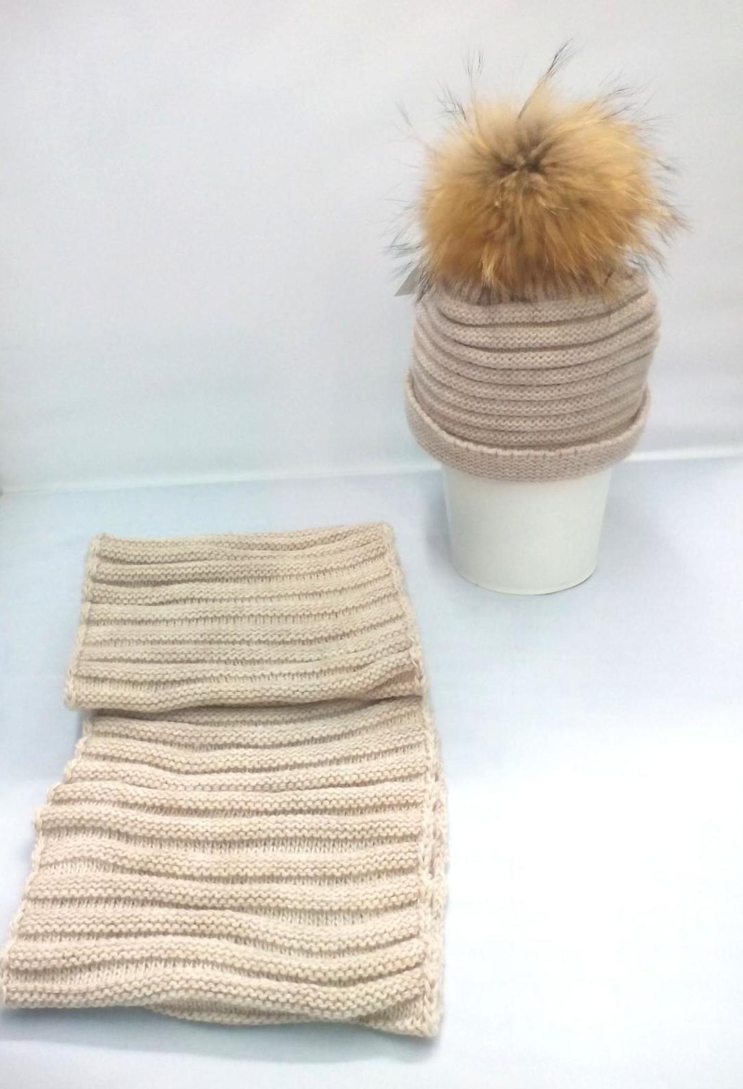 Conjunto con gorro beige de pompón de pelo y cuello de Jose Luis Navarro