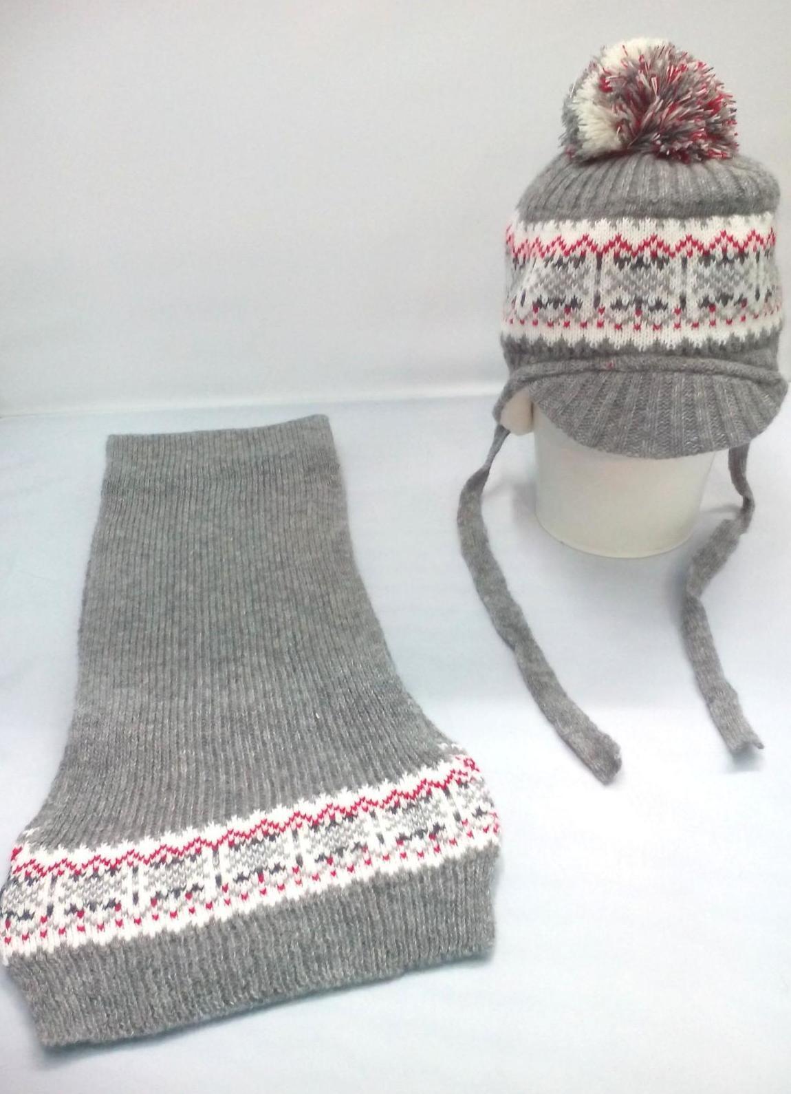 Conjunto en gris con greca de gorro y bufanda de Jose Luis Navarro