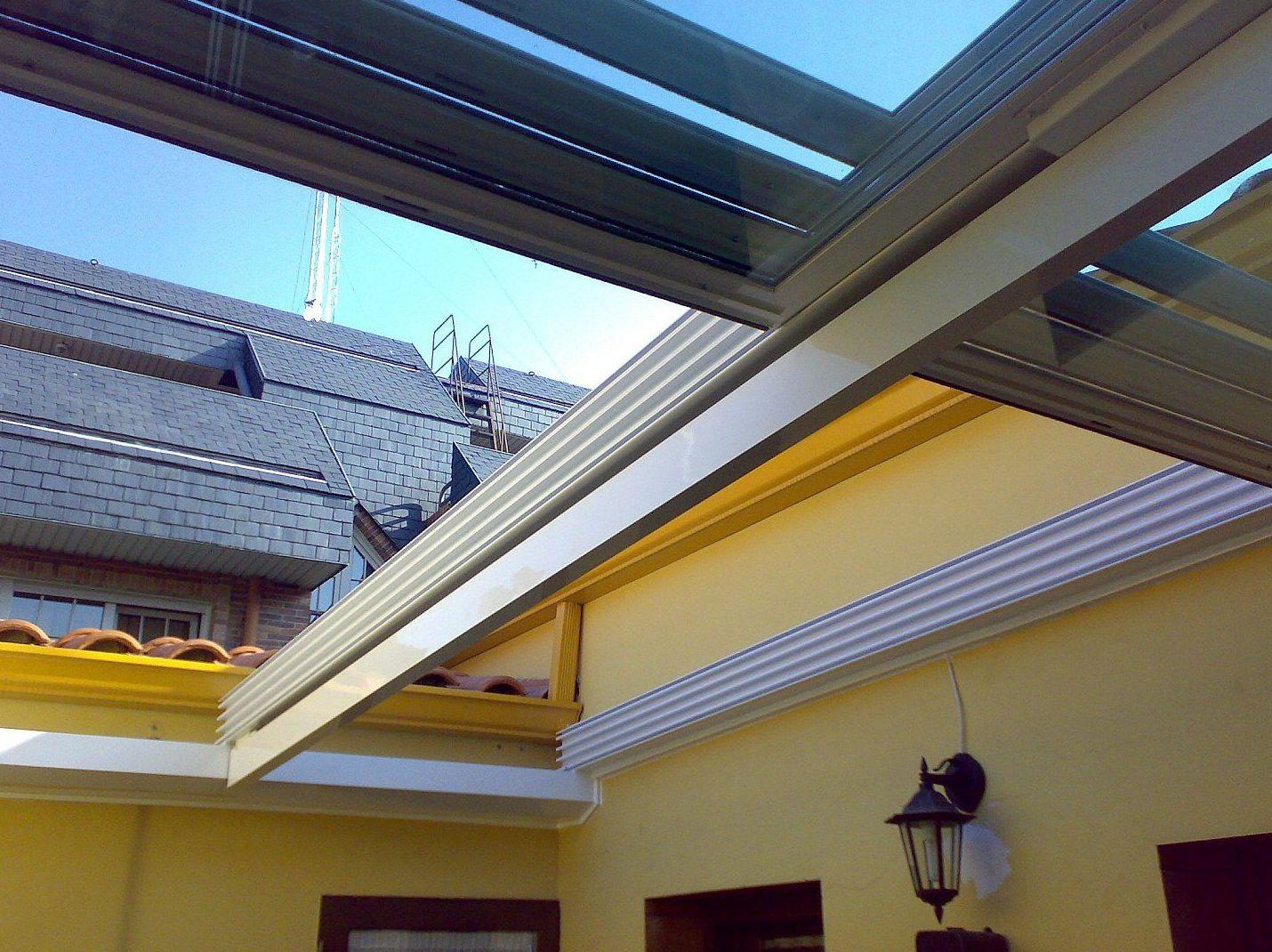 Fabricación e instalación de cortinas de cristal y techos móviles en todo Madrid