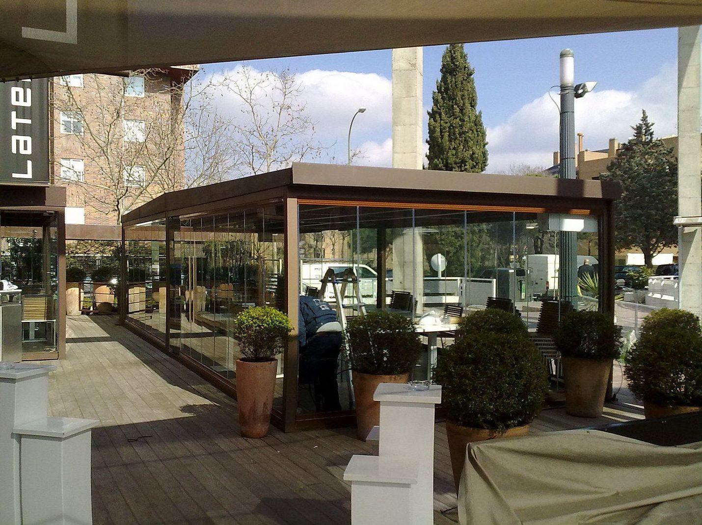 Cerramientos con cortinas de cristal para la hostelería en Madrid
