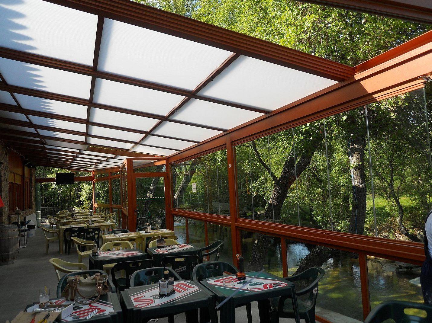 Creación de espacios cerrados con techos móviles y cortinas de cristal en todo Madrid