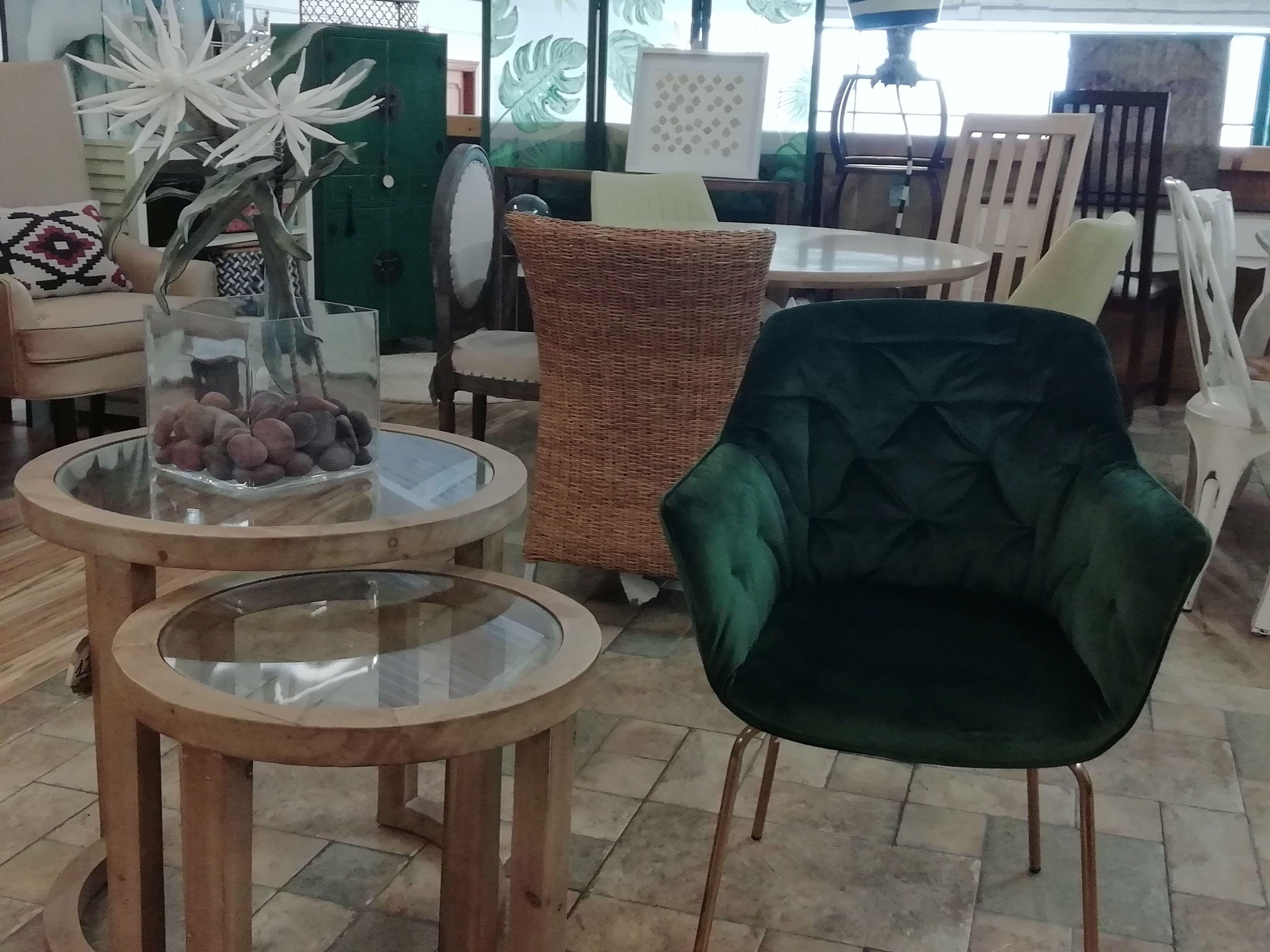 Mesas auxiliares con sillón