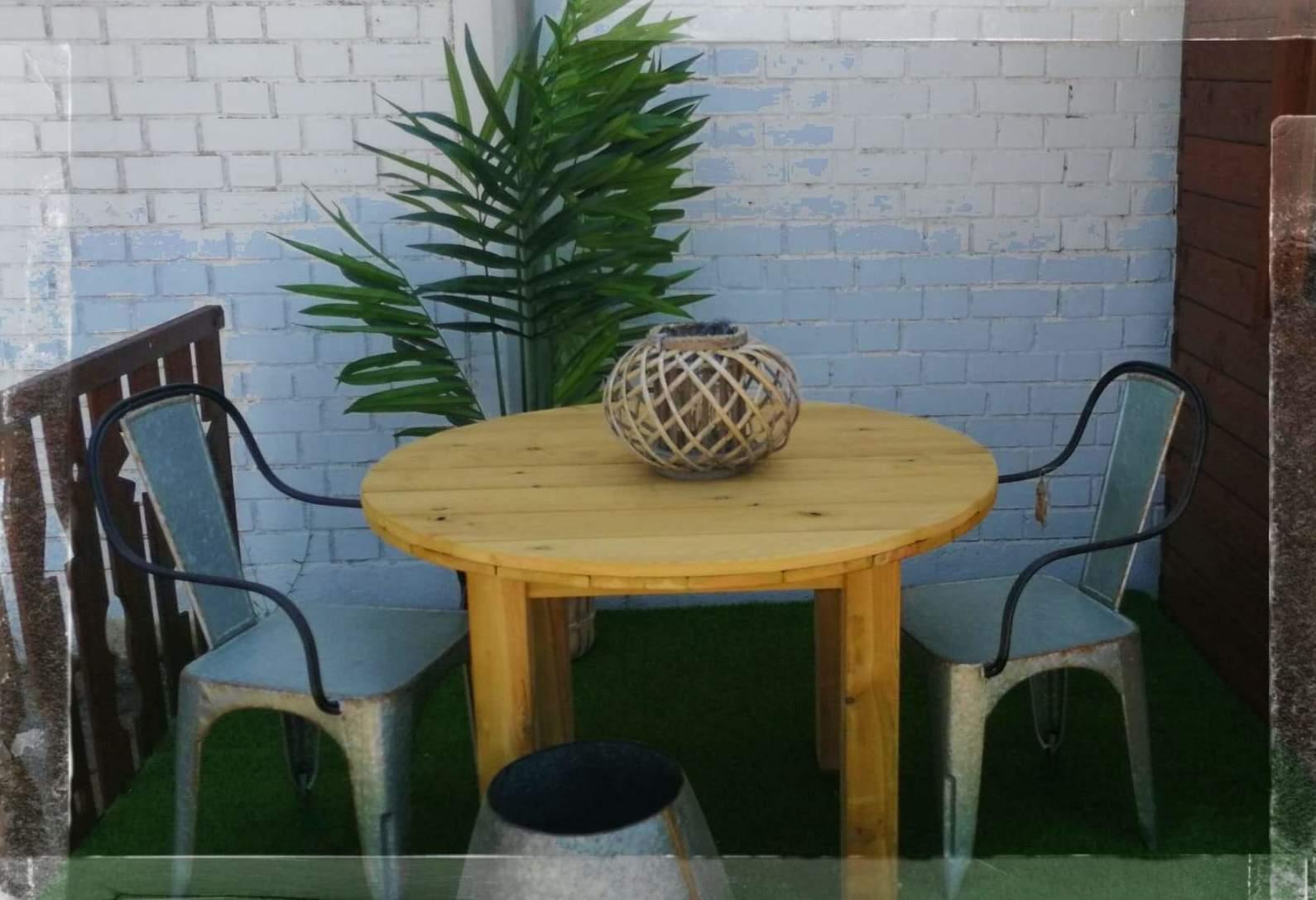 Mesa con madera tratada para exterior