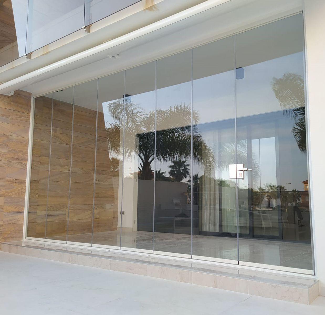 Entrada de cortina corredera con fija lateral