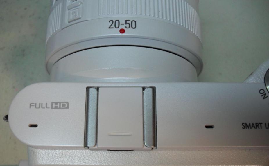 Tapa de zapata de flash para NX blanca: Reparaciones de Playmon Servicios Técnicos Fotográficos