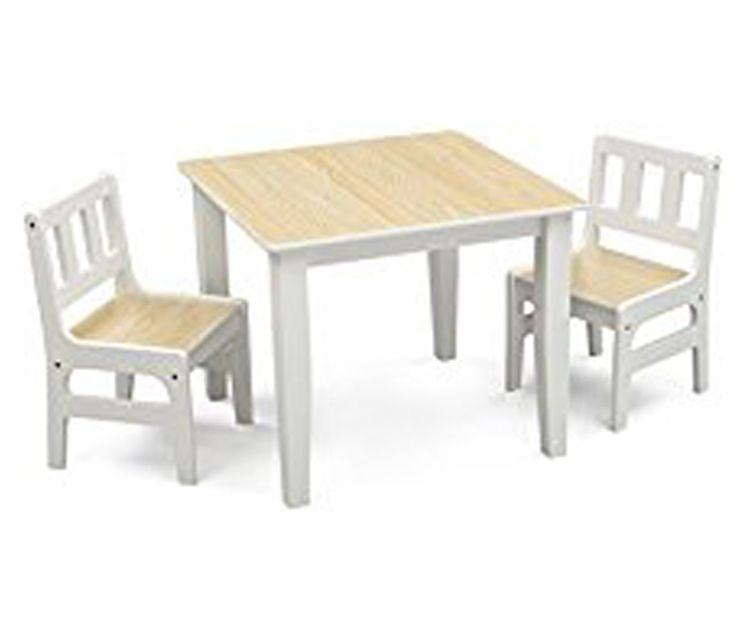 Sillas y mesa cuadrada de madera