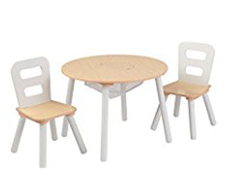 Sillas y mesa redonda de madera