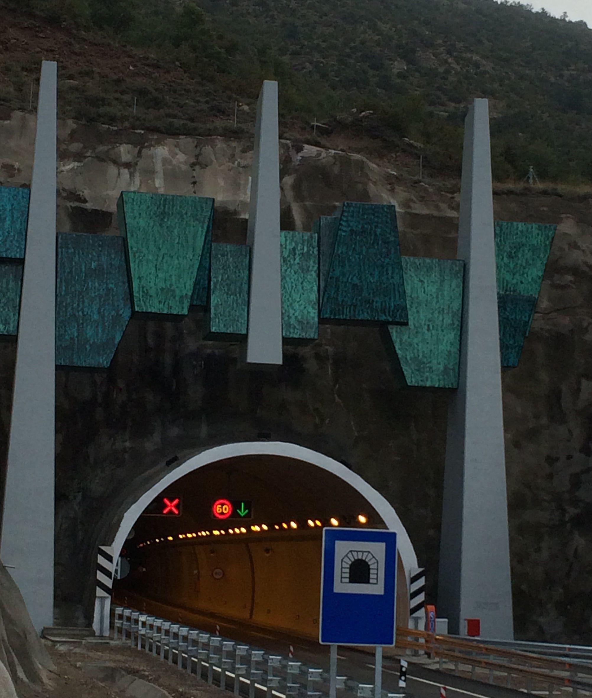 Monolito entrada Túnel Monrepos