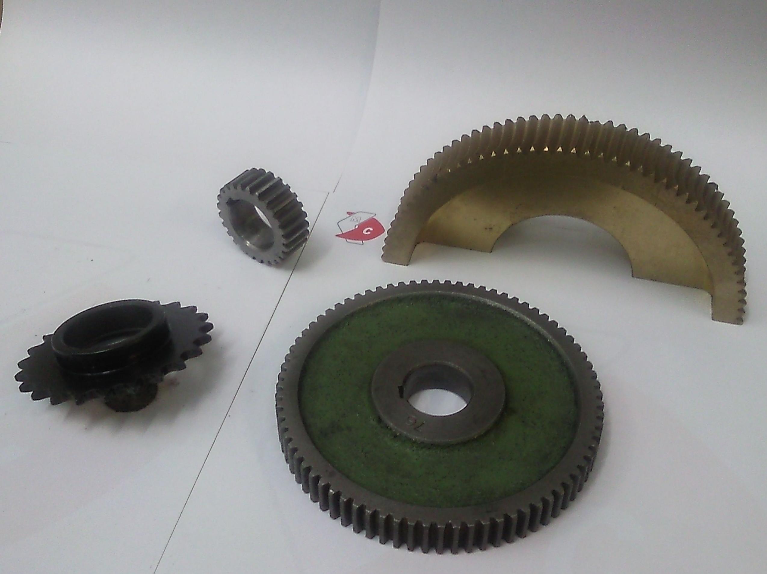 Piñones de todos los materiales: hierro, acero inoxidable, metal, plástico, etc.