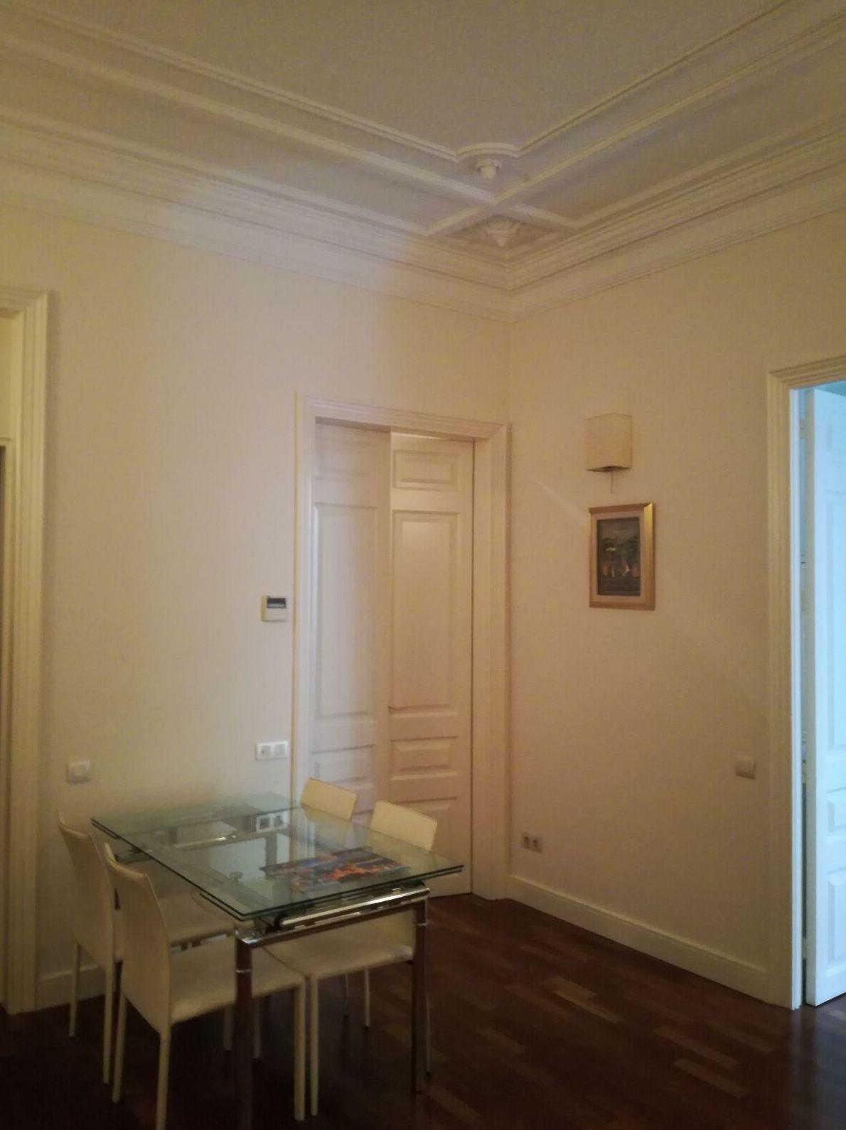 Pintura interior, lacado de puertas y zócalos.