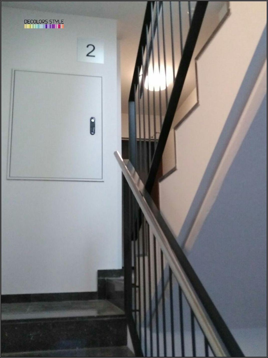 Interior de escalera comunitaria