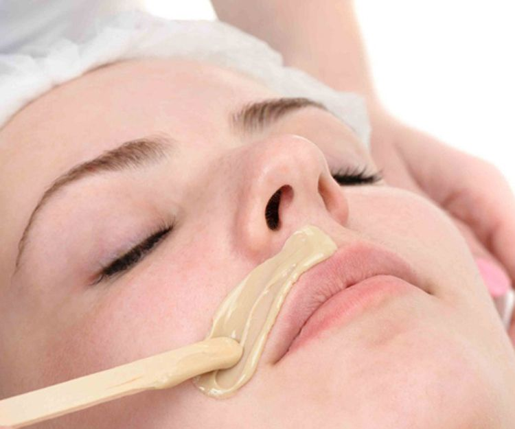 Depilación con cera del bigote