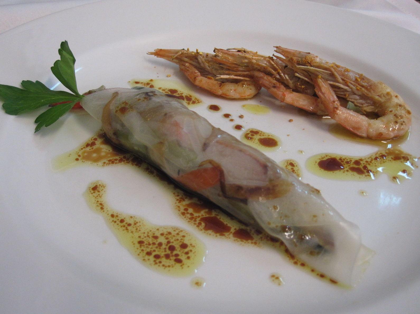 Piel de Arroz rellena de  verduras al wok y gambas blancas a la plancha