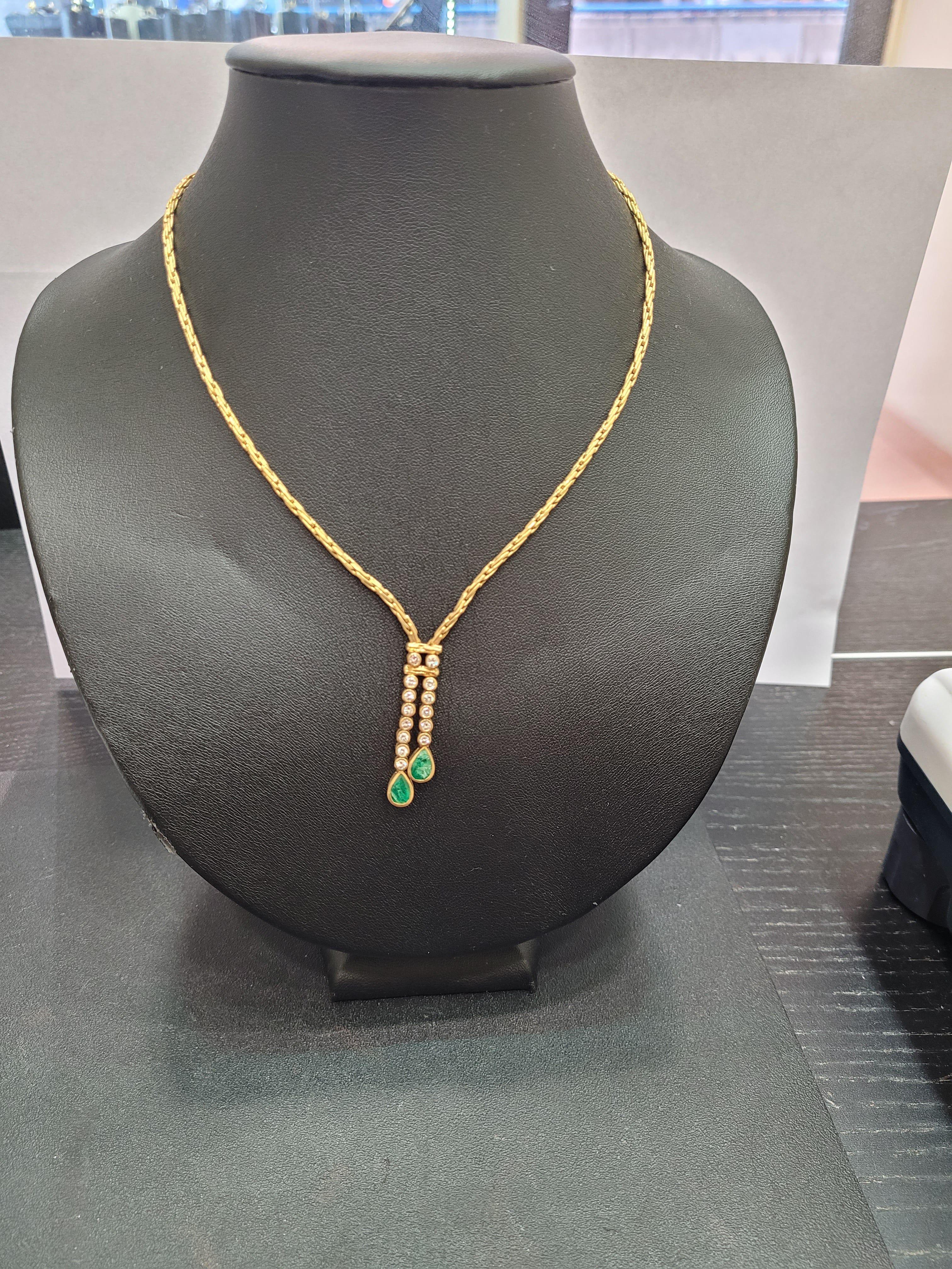 Collar de oro con diamantes y esmeraldas