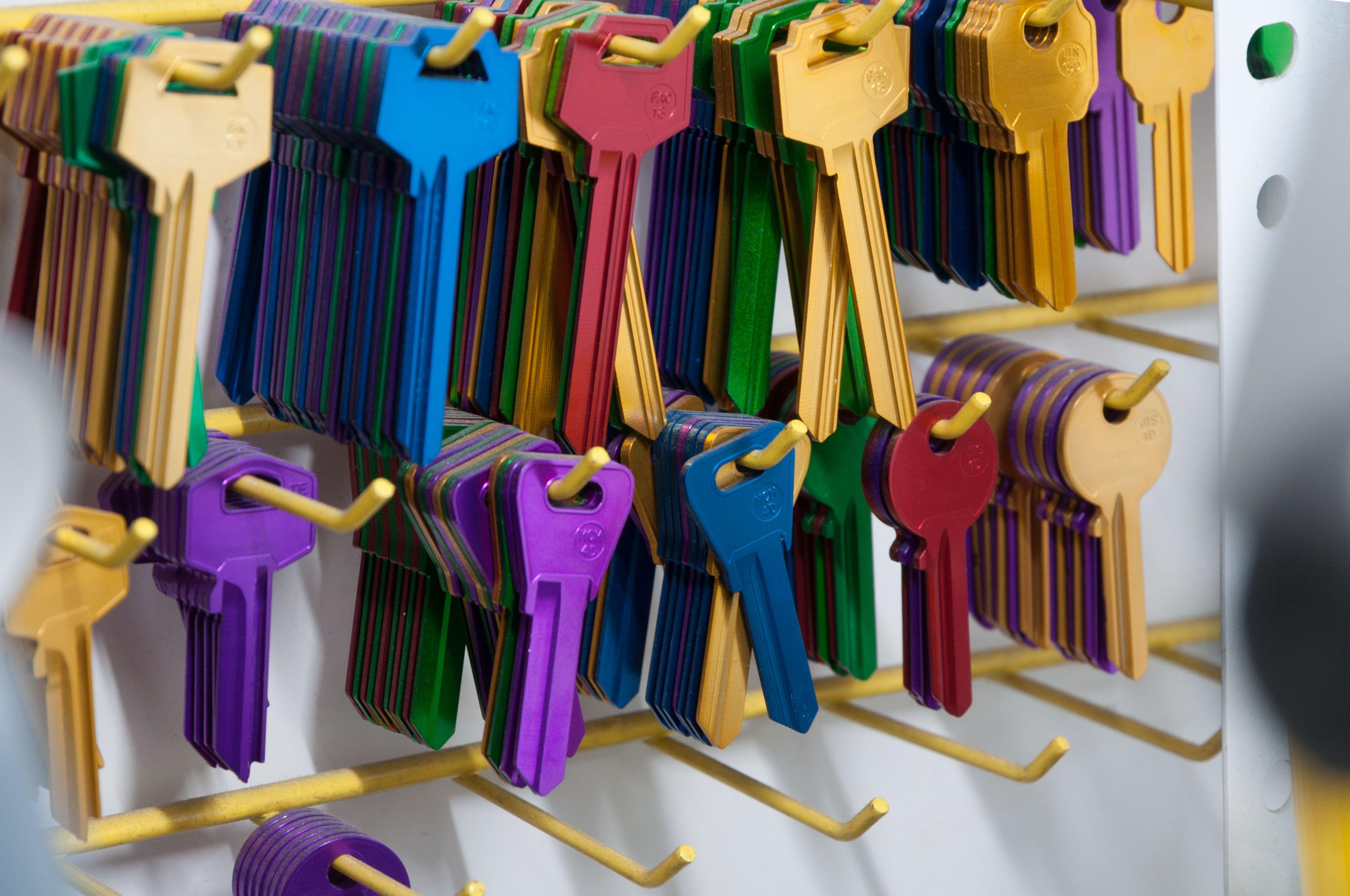 En nuestra tienda también te ofrecemos elementos de protección, copias de llaves...