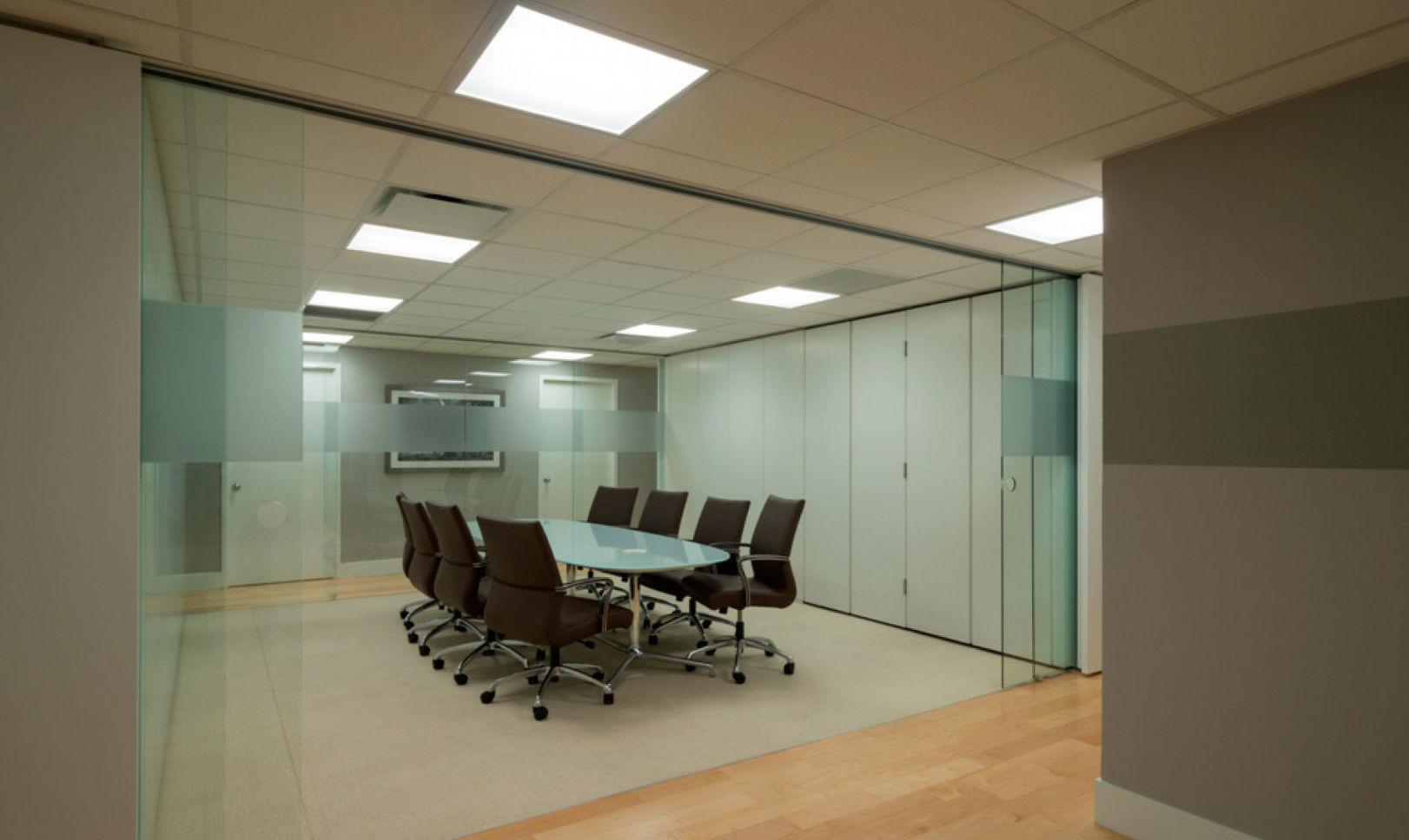 Dos puertas de cristal para separar sala de reuniones de oficina