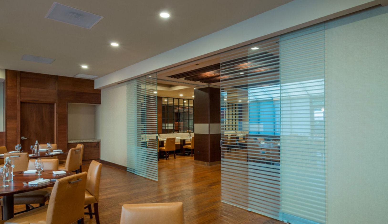 Cuatro puertas de cristal para separar espacios de restaurante