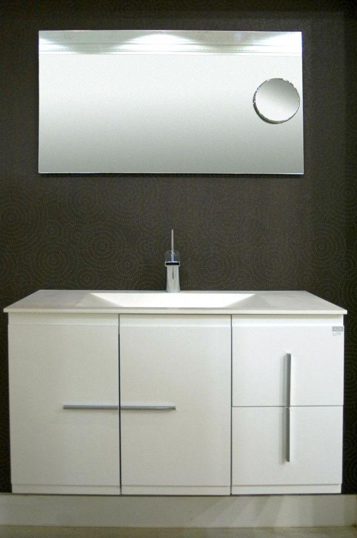 Lavabo blanco con espejo