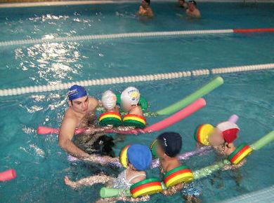 Clases de natación en grupo