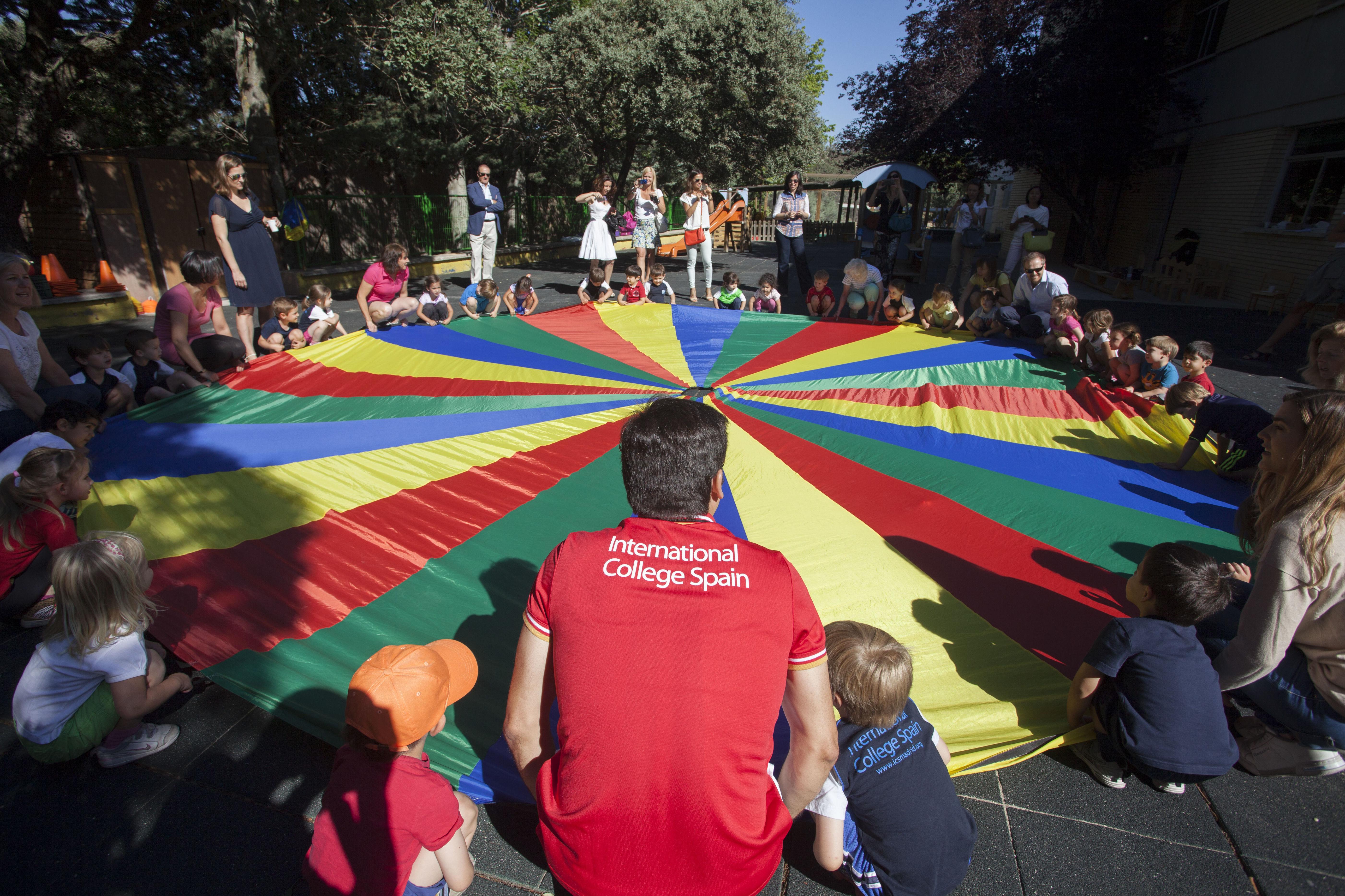 Estudiantes realizando una actividad.