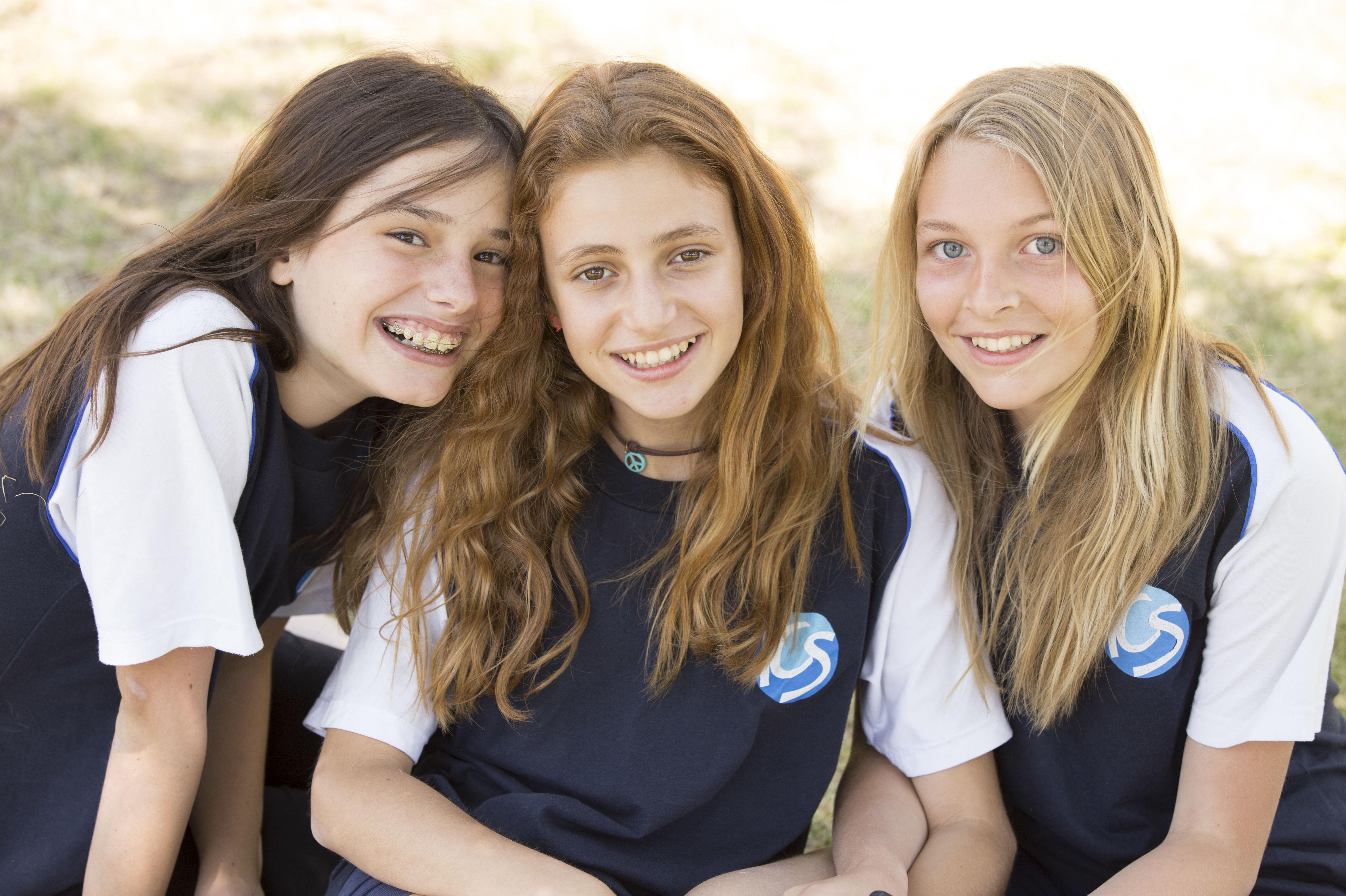 Tres alumnas de primaria