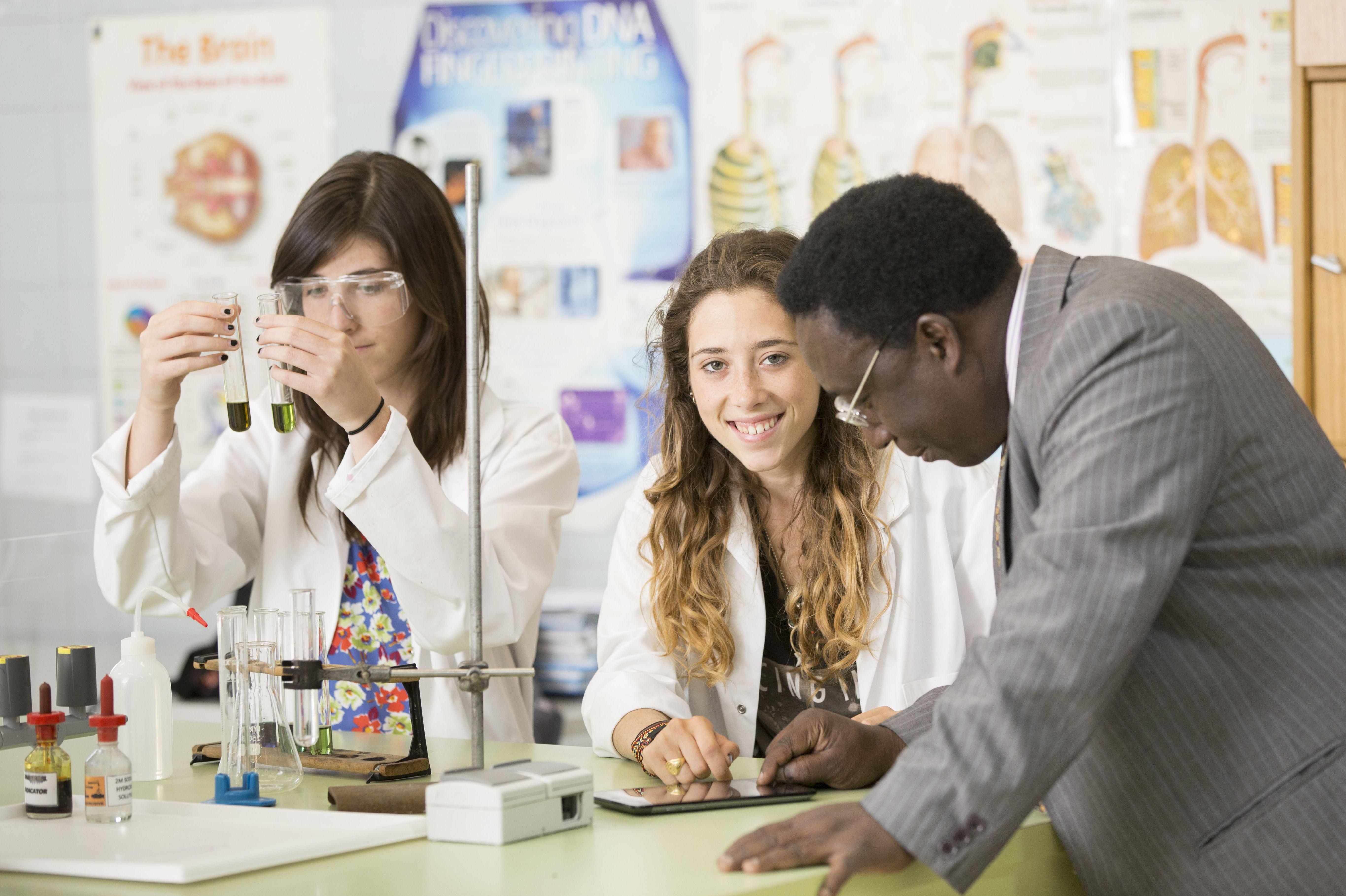 Dr. Oduro Awuku en el laboratorio.