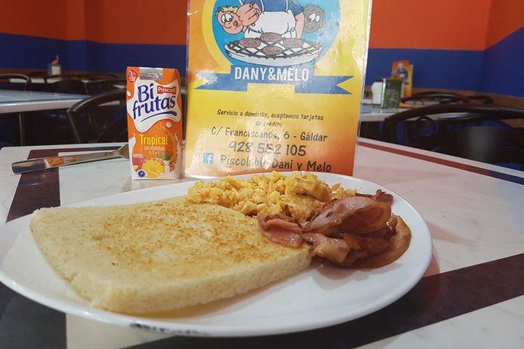 Tostada, huevos revueltos con jamón queso y bacon bien crujiente