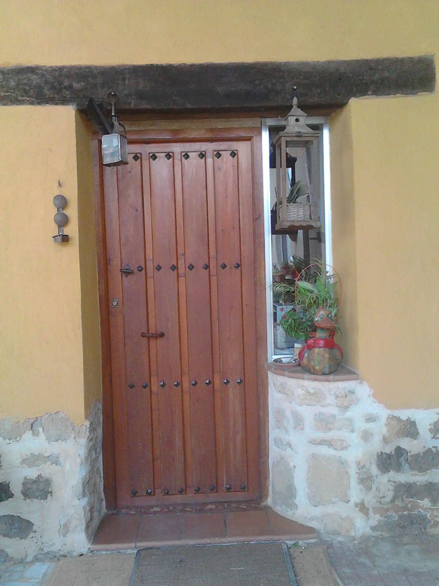 Puerta de madera. Restauración de viga y fachada