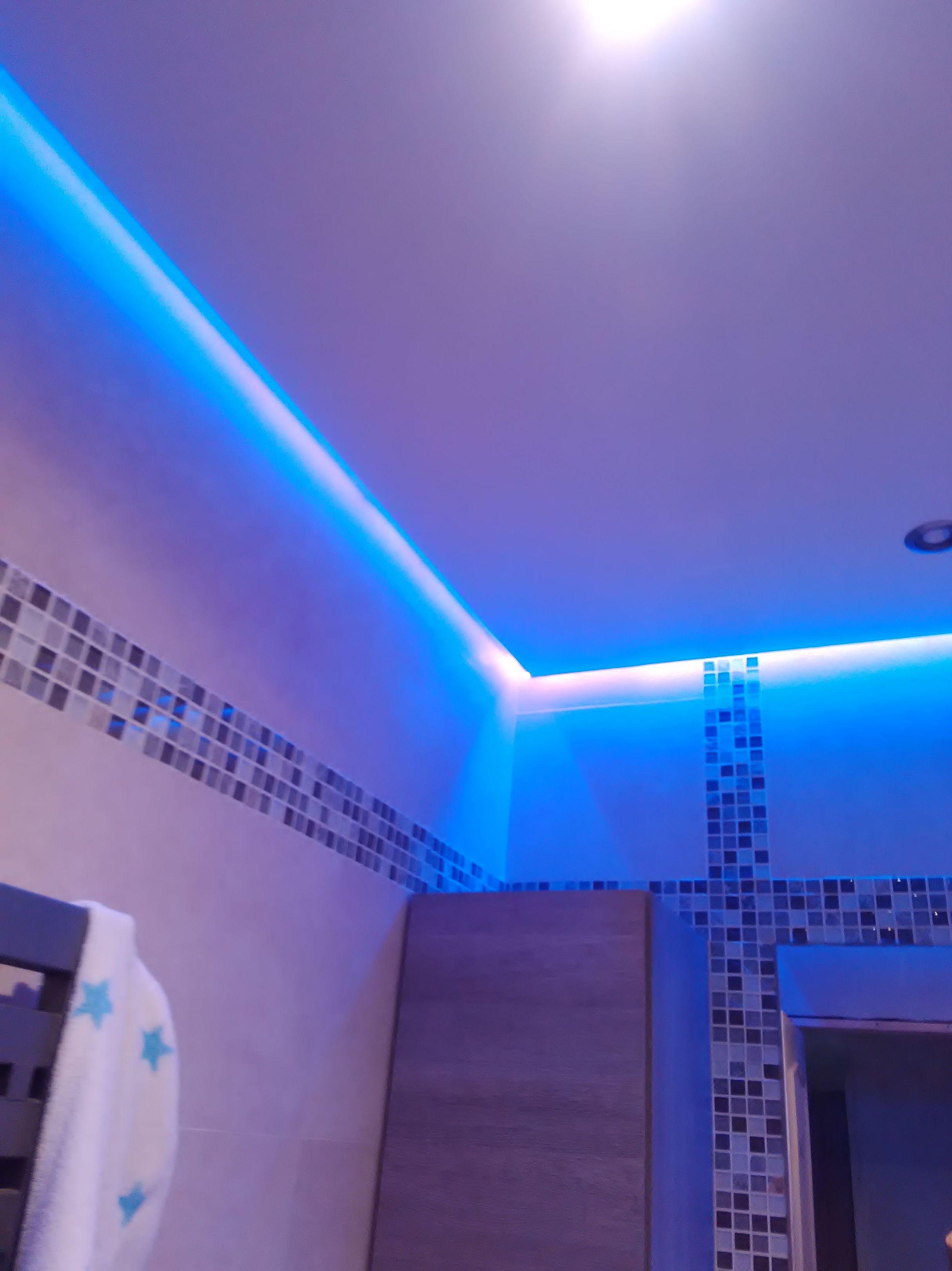 Baño con luz indirecta