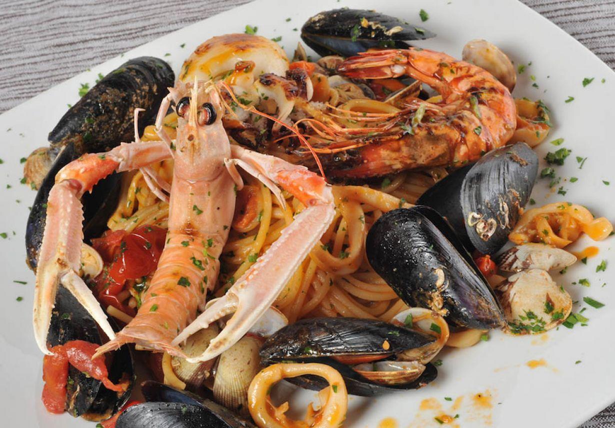 Spaghetti mussels, clams, sea salad, prawns