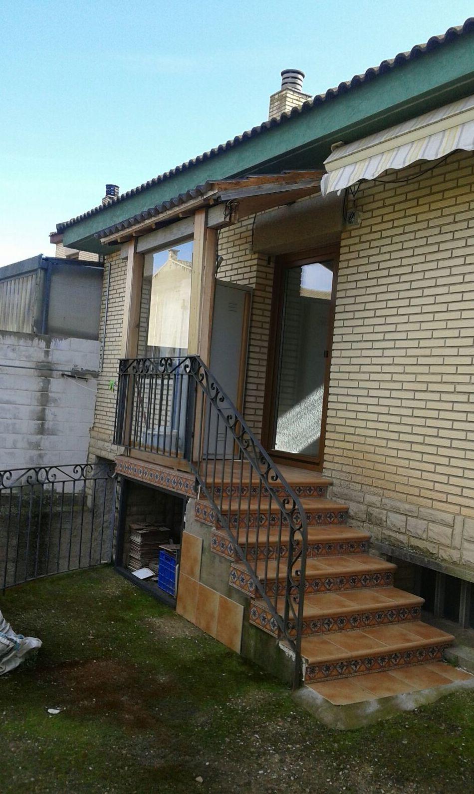 Instalacion de canalones en fachada