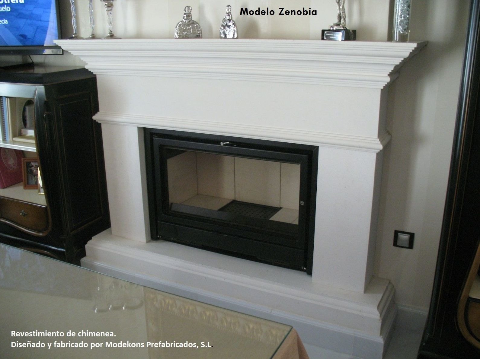 Chimenea modelo Zenobia, fabricada en marmolina blanca