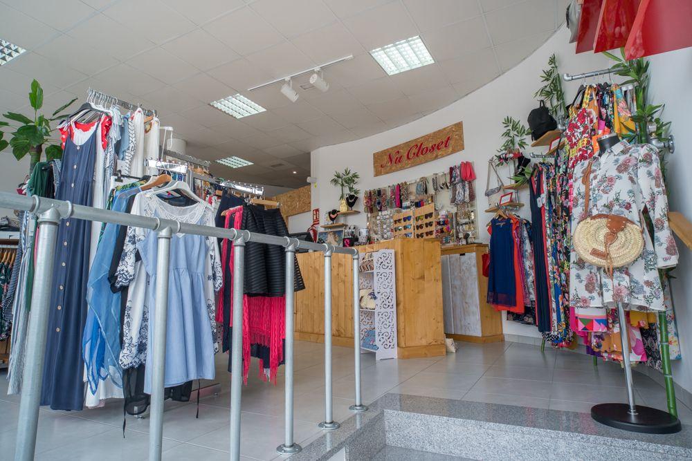 Fotografía del interior de una tienda de ropa y complementos