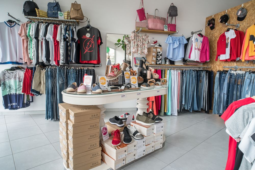 Vista general de ropa y zapatos de Nu closet Shop