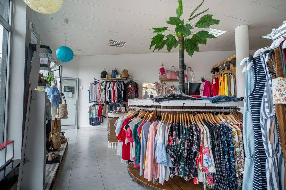 Variedades de camisetas en una tienda de ropa de moda en Las Palmas