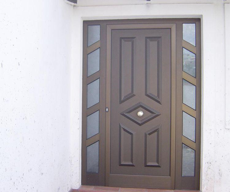 Puerta de aluminio color madera con dos fijos