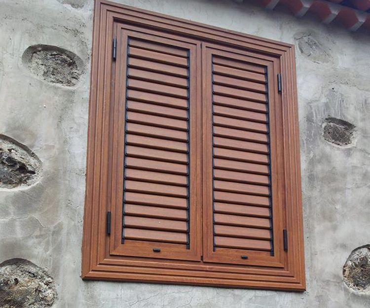 Cerramiento de ventana con láminas