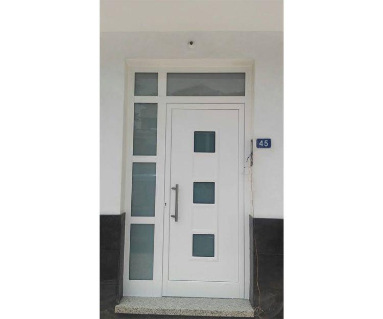 Puerta de aluminio con panel y fijo