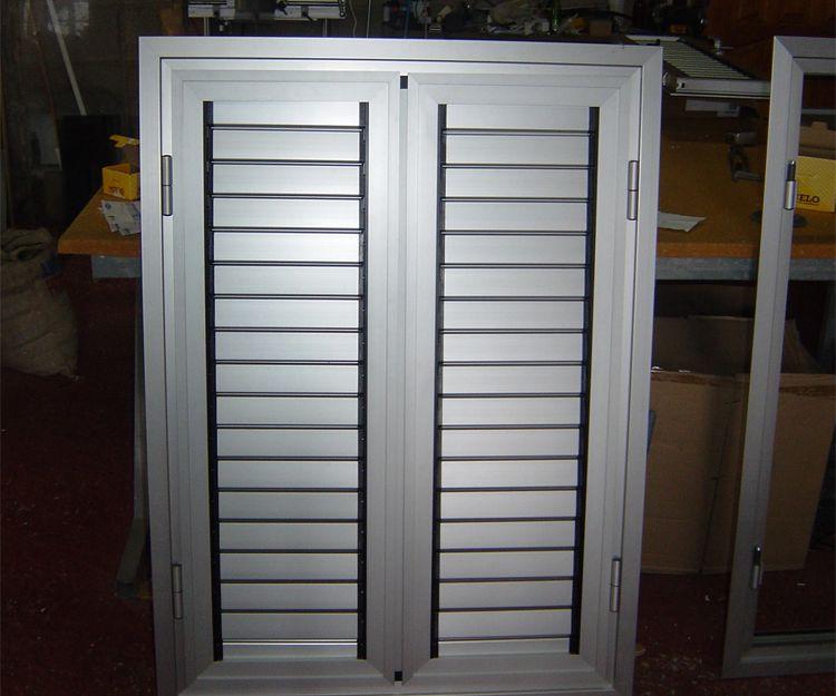 Puertas de aluminio color plata