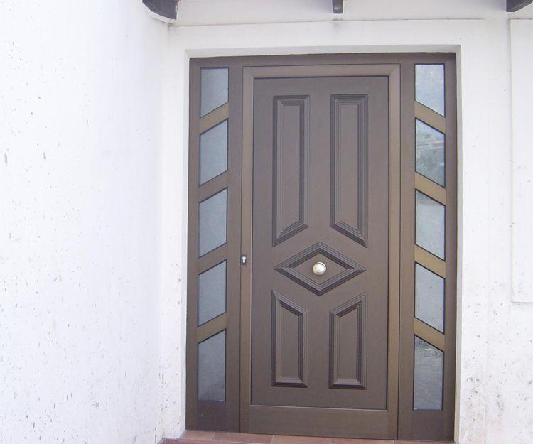 Puerta de madera con fijos laterales