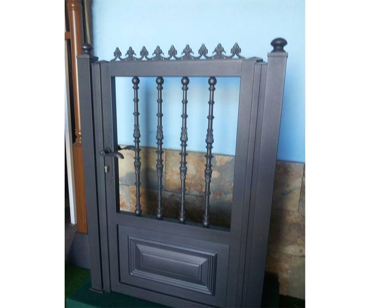 Puerta de aluminio con balaustre