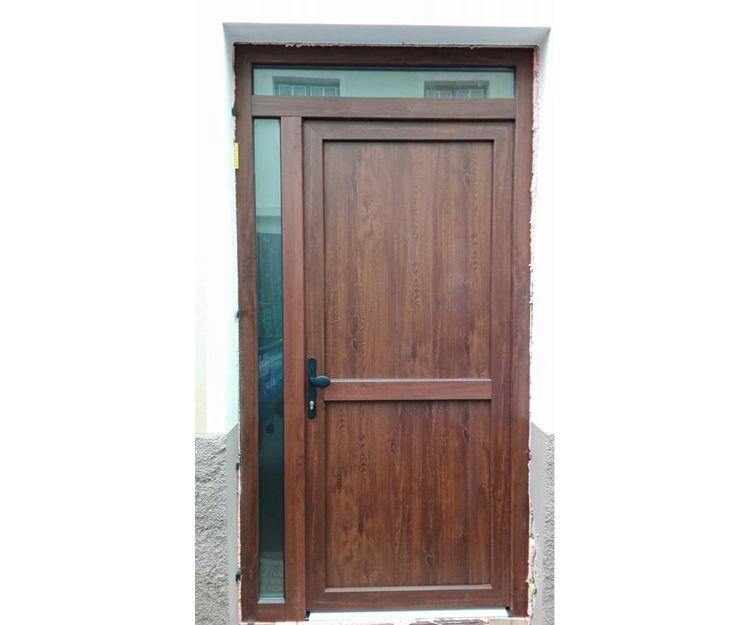 Puerta de aluminio de color roble