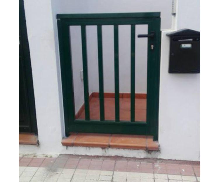 Portón de entrada de aluminio verde