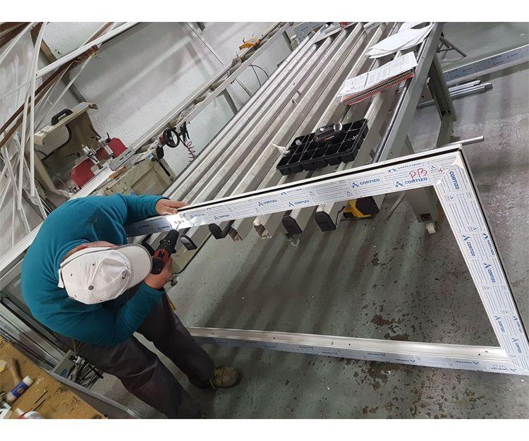 Fabricación de puertas de aluminio
