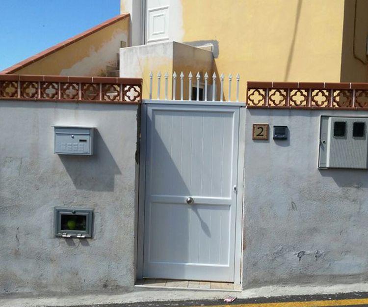 Puerta de aluminio para acceso a vivienda